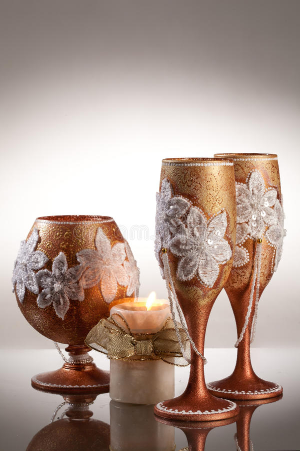 Copos de vinho no fundo de vidro imagens de stock