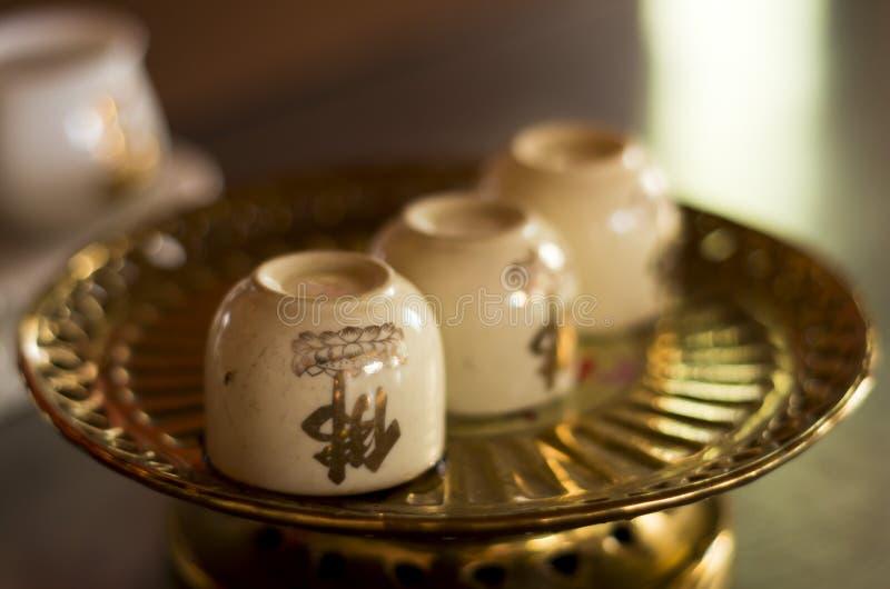 Copos decorados da porcelana imagens de stock