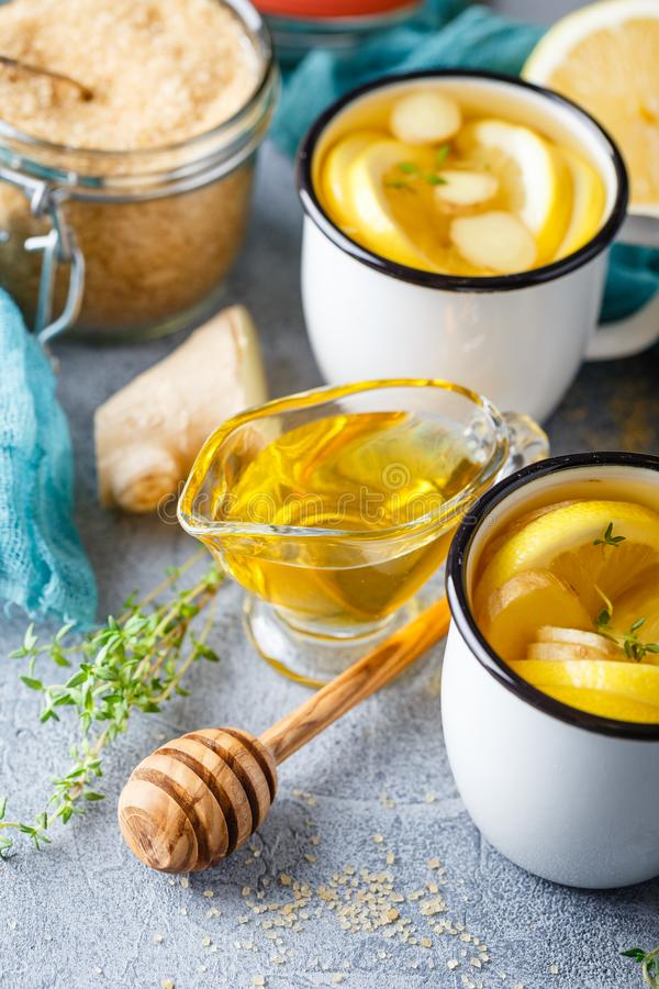 Copos do chá do gengibre com mel e limão foto de stock royalty free