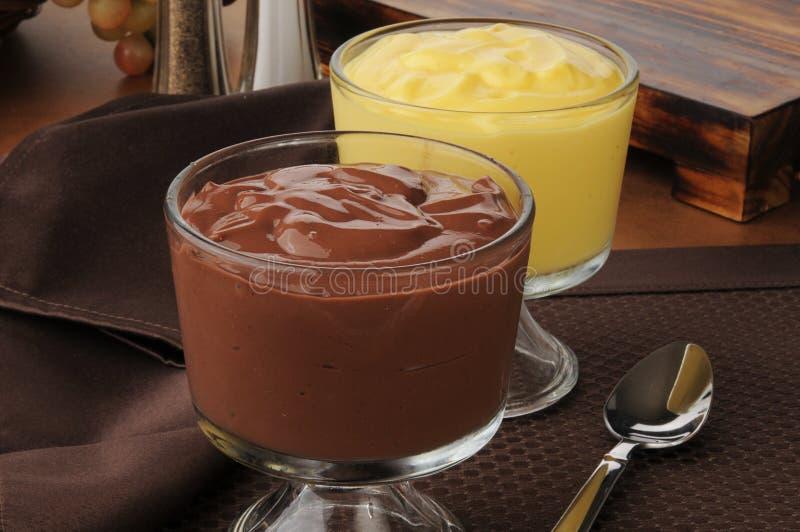Copos do pudim do chocolate e de baunilha foto de stock royalty free