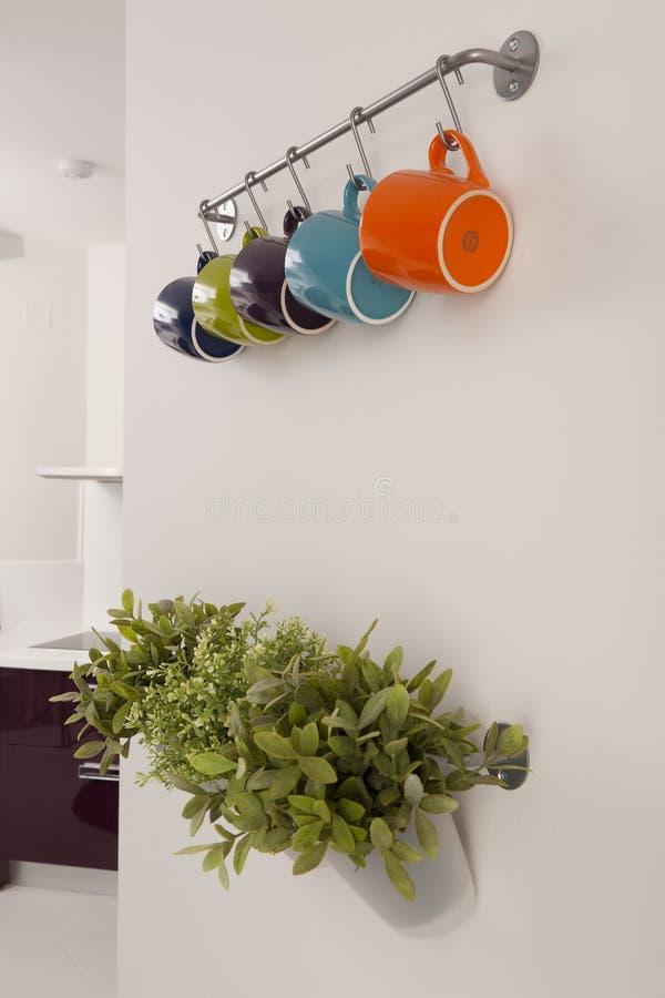 Copos e ervas de café imagens de stock