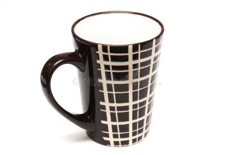 Copos os únicos de café marrons escuros altos grandes com linhas simples projetam imagem de stock