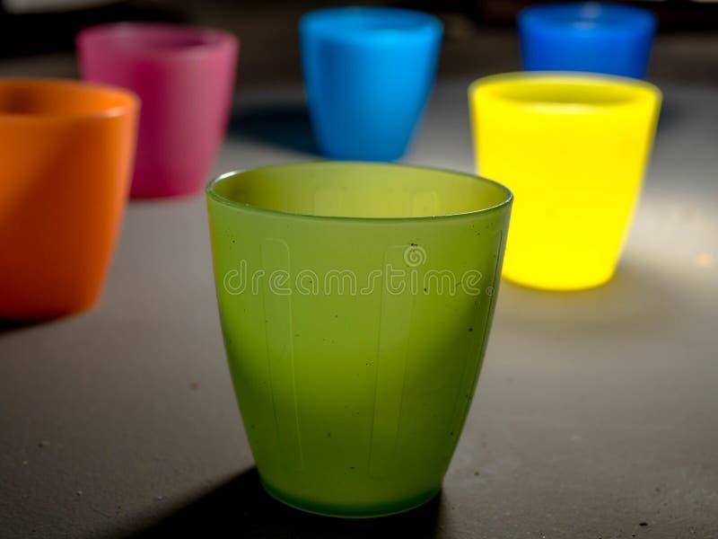 Copos plásticos coloridos foto de stock royalty free