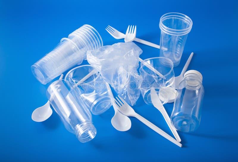 Copos plásticos do único uso, forquilhas, colheres, garrafas conceito de reciclar o plástico, desperdício plástico imagem de stock royalty free