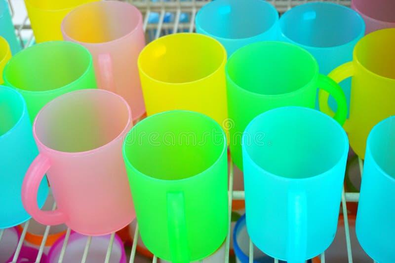 Copos plásticos geados translúcidos coloridos fotografia de stock