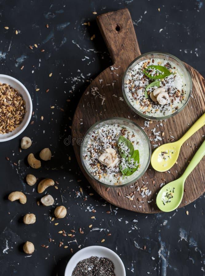 Copos saudáveis do batido com os ingredientes de alimento super Em um fundo escuro imagem de stock