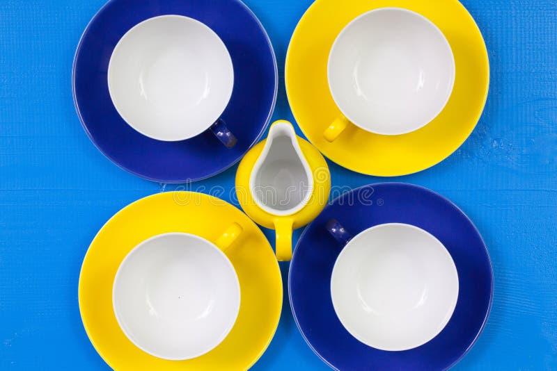 Copos vazios do arranjo da simetria do chá na tabela de madeira azul imagem de stock royalty free