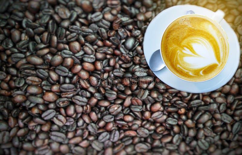 Coppa Blurry di caffè sui fagioli fotografie stock libere da diritti