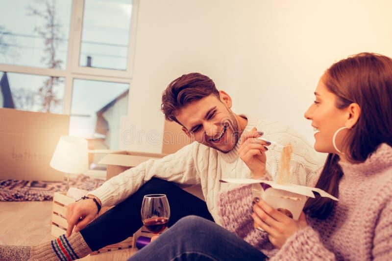 Coppia cenare positivo e felice di sensibilità nella nuova casa fotografie stock