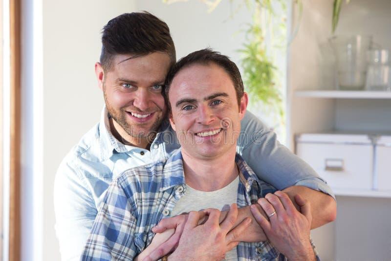 Coppia dello stesso sesso a casa fotografie stock