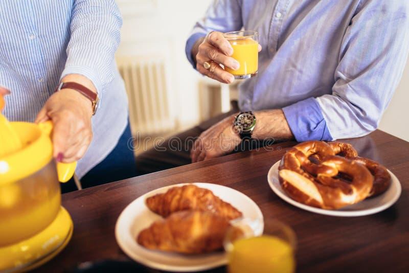 Coppia divertiresi preparando l'alimento sano sulla prima colazione nella cucina, fine su fotografia stock libera da diritti