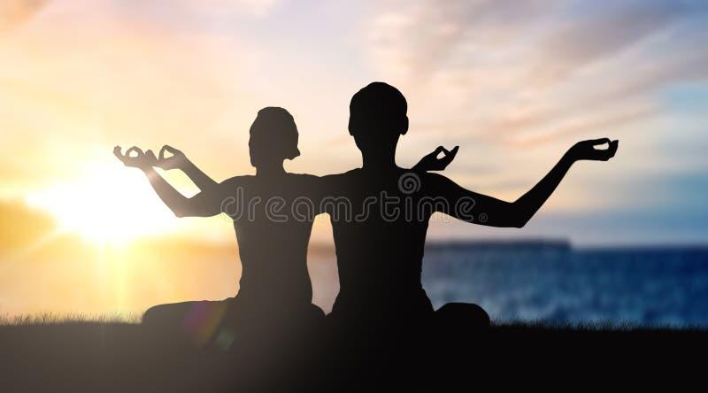 Coppia fare l'yoga nella posa del loto sopra il tramonto immagine stock libera da diritti