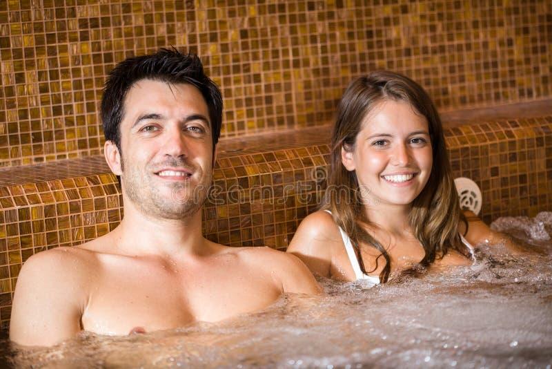Coppia fare un bagno del mulinello in una stazione termale fotografia stock libera da diritti
