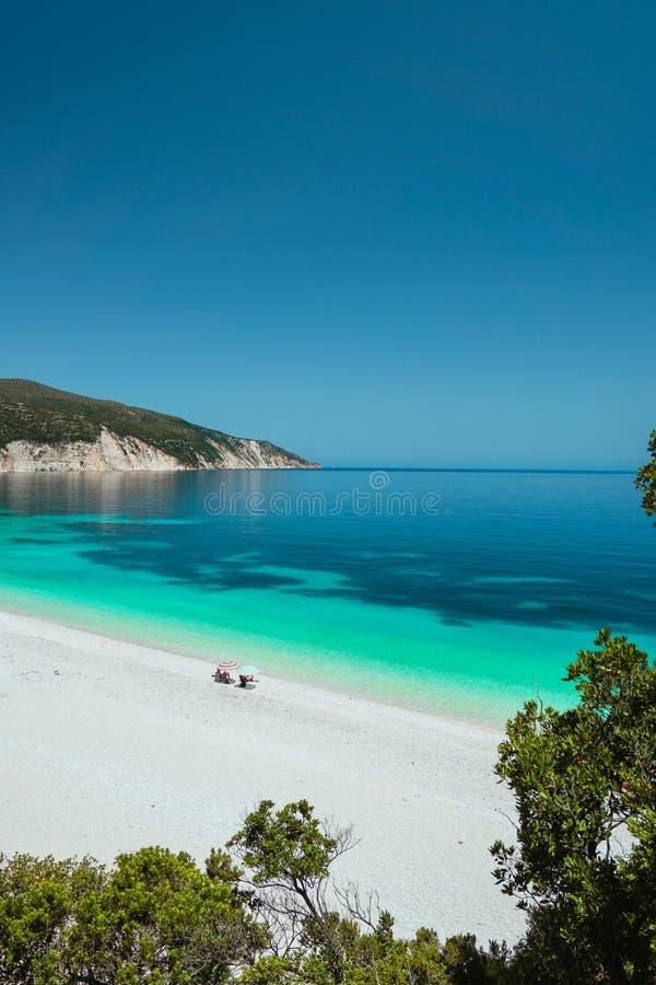 Coppia godere dell'estate su una di spiagge più belle della Grecia sulle isole ioniche dell'isola di Kefalonia Avventura di estat fotografia stock