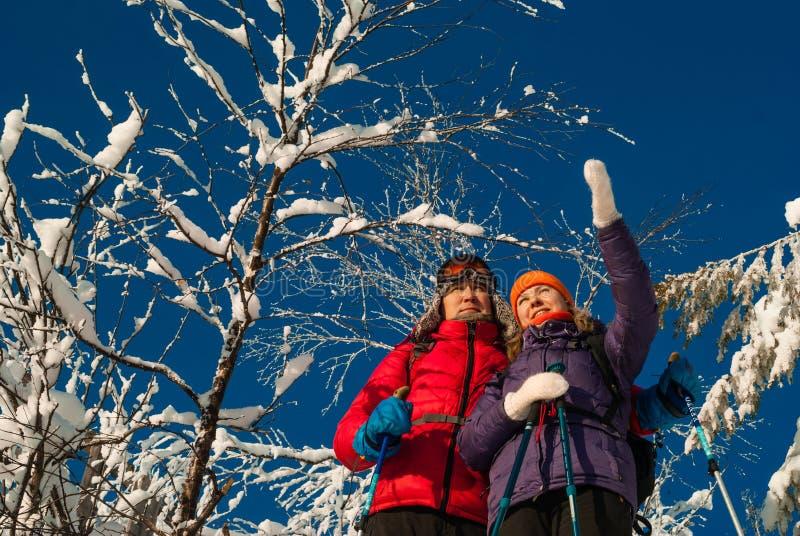 Coppia i viaggiatori in un paesaggio dell'inverno immagine stock libera da diritti