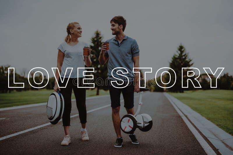 Coppia il caffè della tenuta Gente sorridente Storia di amore fotografie stock libere da diritti