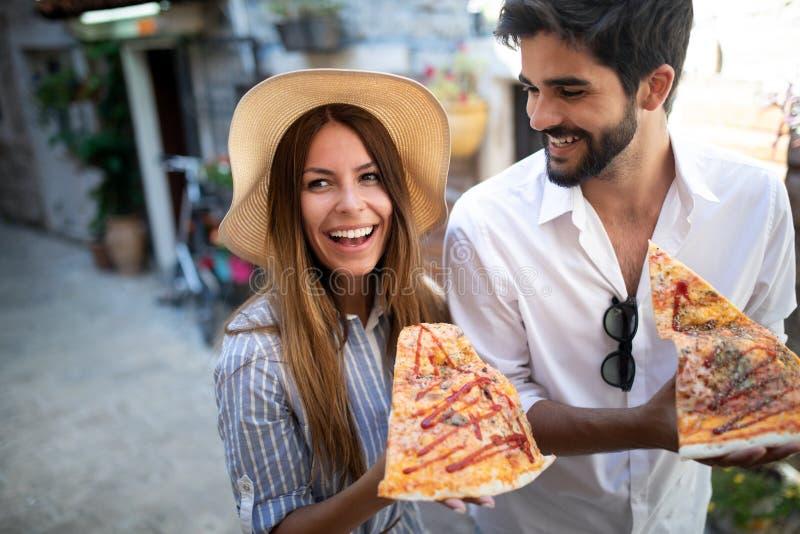 Coppia il cibo della pizza mentre viaggiano sulla vacanza fotografia stock