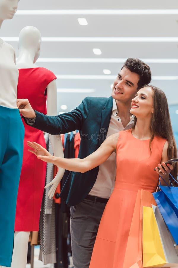 Coppia il controllo degli arrivi nuovi nel boutique di modo immagine stock libera da diritti