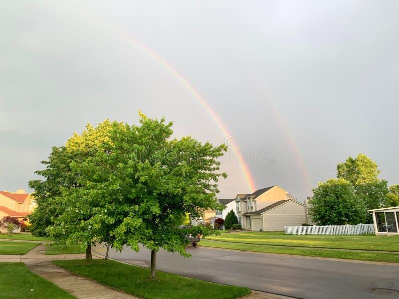 Coppia il rainbowl sopra la città Michigan Arcobaleno sopra la città di Ann Arbor, U.S.A. fotografia stock