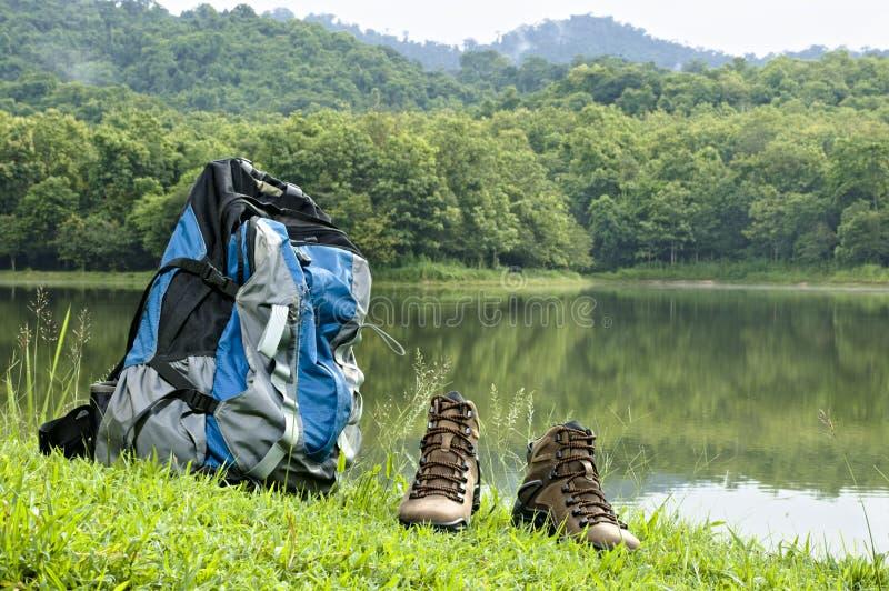 Coppia il ` s degli uomini di Brown che fa un'escursione le metà di scarpe e zaino della caviglia fotografie stock libere da diritti