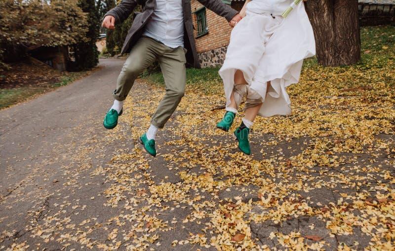Coppia il verde delle scarpe di stile di felicità di salto di amore immagine stock libera da diritti