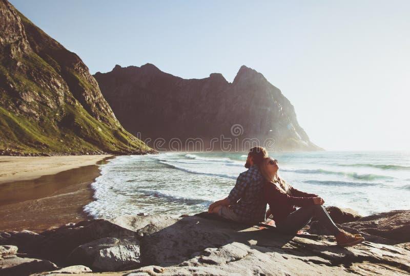 Coppia il viaggio insieme rilassandosi sulla spiaggia di Kvalvika in Norvegia immagini stock