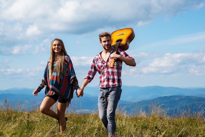 Coppia innamorata del campo Due amici uomini e donne che passeggiano e si divertono tutti insieme Gli amici vanno in montagna fotografia stock