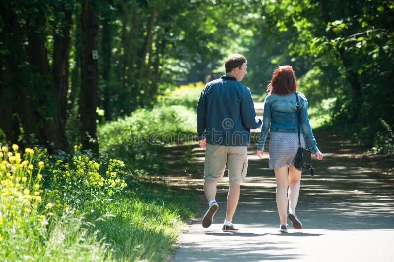 Coppia la camminata sulla strada nella foresta fotografia stock