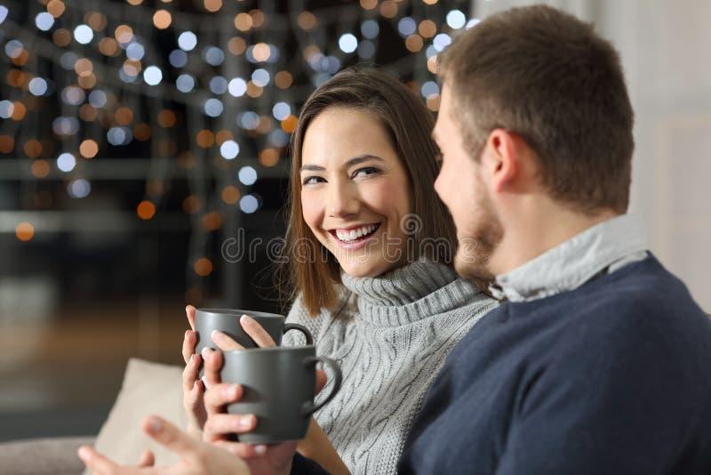 Coppia la conversazione nella notte nell'inverno a casa immagine stock libera da diritti