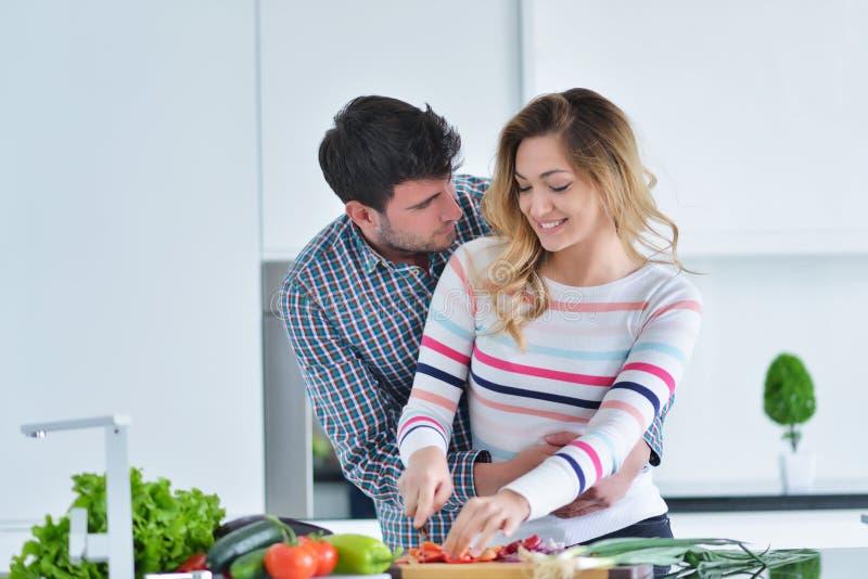 Coppia la cottura dell'alimento sano nella preparazione del pasto di stile di vita della cucina fotografie stock