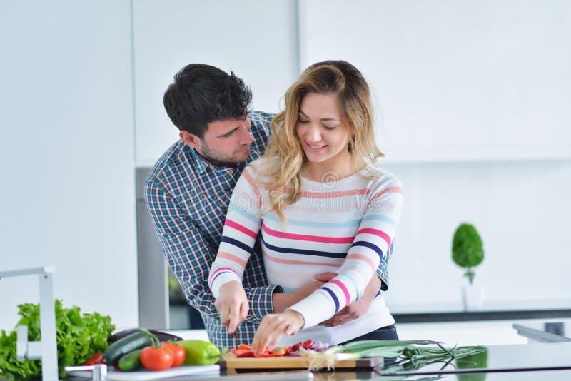 Coppia la cottura dell'alimento sano nella preparazione del pasto di stile di vita della cucina fotografia stock libera da diritti