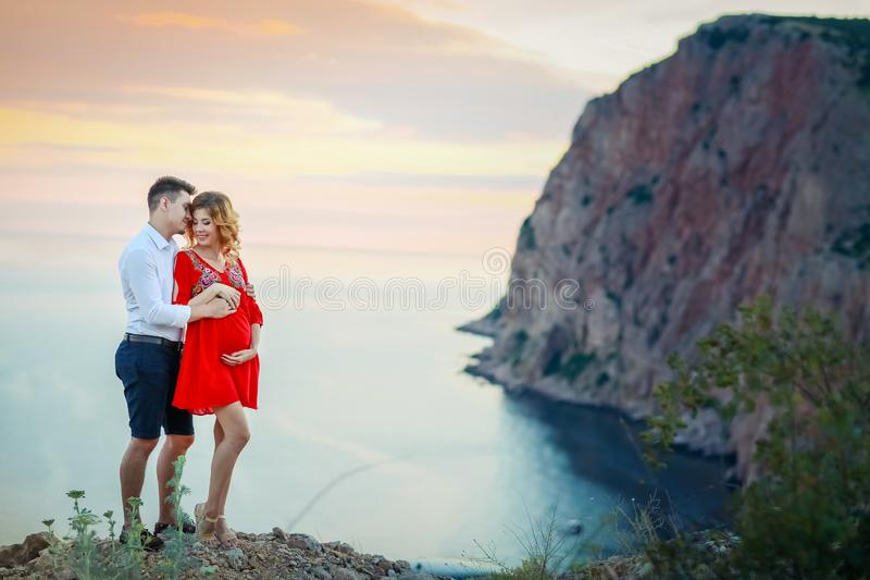 Coppia la famiglia che viaggia insieme sul bordo della scogliera in antenna all'aperto di vacanze estive di concetto di stile di  fotografia stock libera da diritti