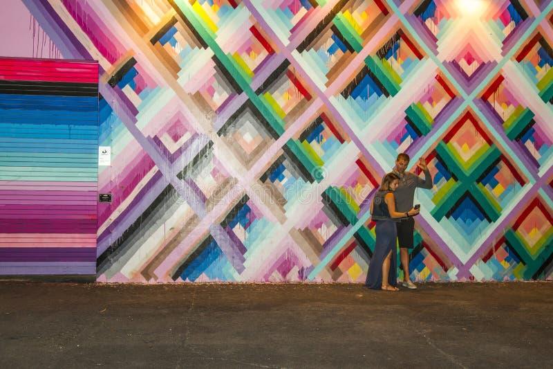 Coppia la presa del selfie con i murali di arte al distretto di arti di Wynwood fotografie stock libere da diritti