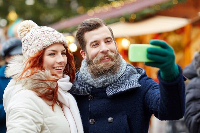 Coppia la presa del selfie con lo smartphone in vecchia città immagini stock