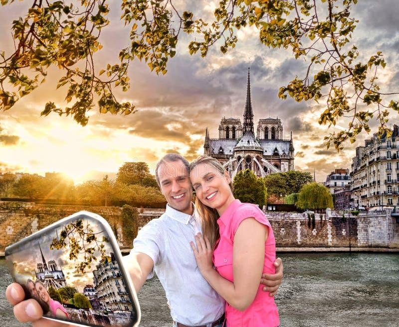 Coppia la presa del Selfie dalla cattedrale di Notre Dame a Parigi, Francia fotografie stock