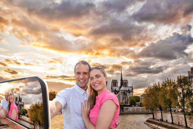 Coppia la presa del Selfie dalla cattedrale di Notre Dame a Parigi, Francia immagine stock libera da diritti