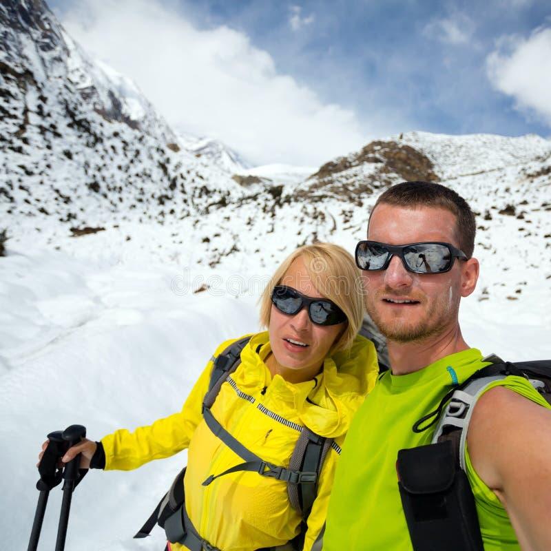 Coppia la spedizione del ritratto del selfie delle viandanti in montagne dell'inverno immagini stock