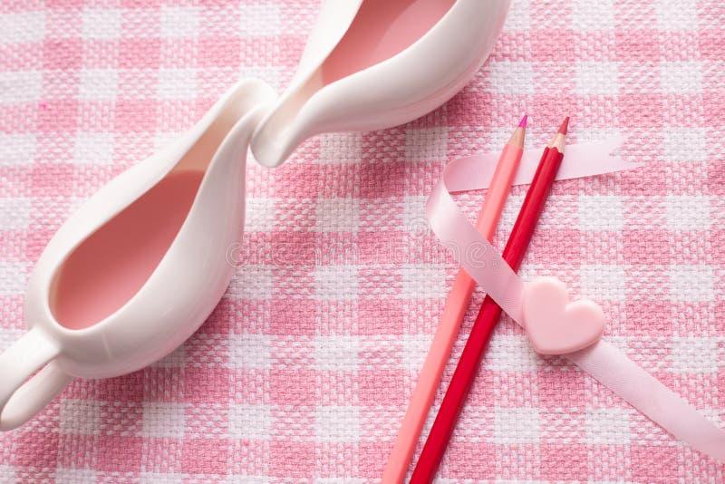 Coppia la tazza del concetto di amore, fondo della celebrazione di festa di San Valentino fotografia stock libera da diritti