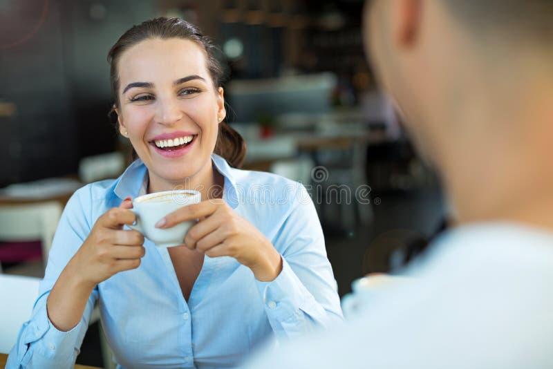 coppia lui giovani sorridenti di seduzione del ristorante fotografie stock libere da diritti