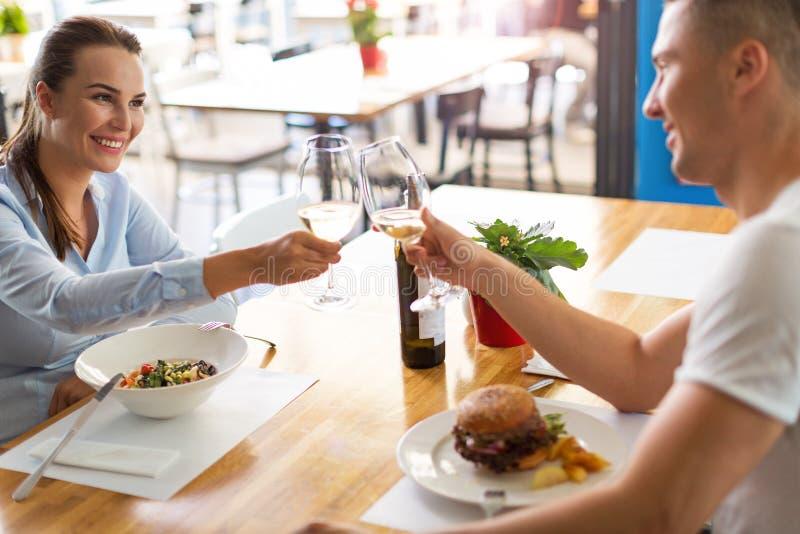 coppia lui giovani sorridenti di seduzione del ristorante fotografie stock