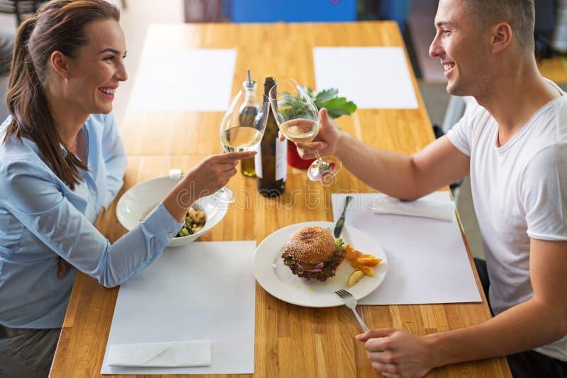 coppia lui giovani sorridenti di seduzione del ristorante immagine stock libera da diritti