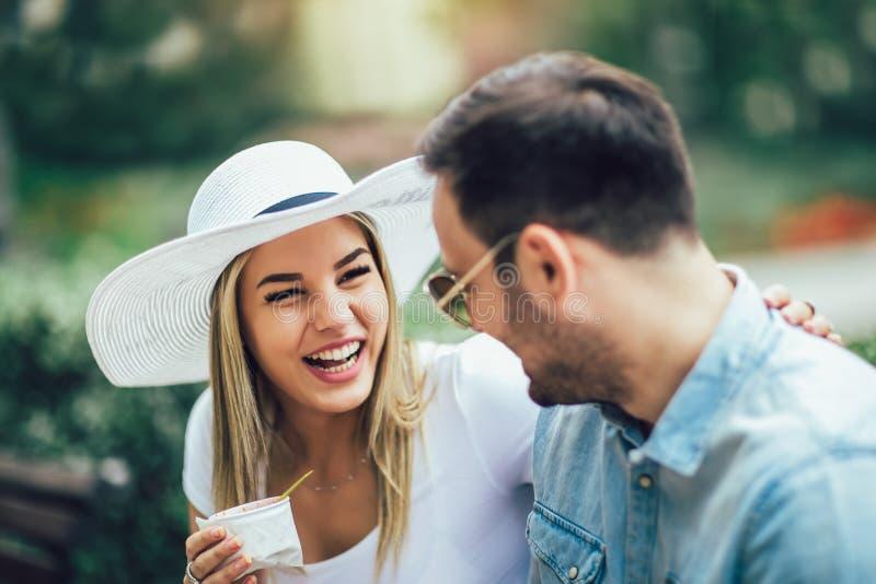 Coppia scherzare e divertiresi mentre mangiano un gelato fotografie stock