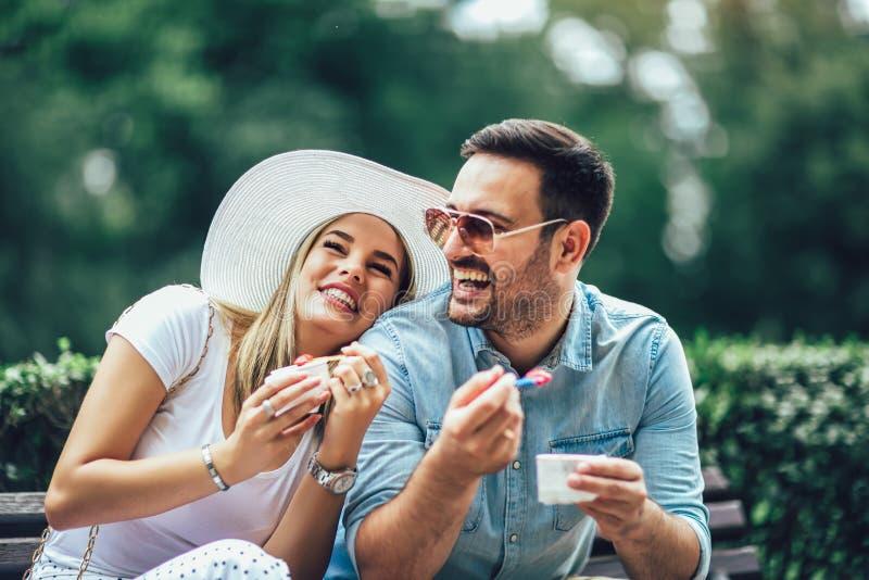 Coppia scherzare e divertiresi mentre mangiano un gelato fotografie stock libere da diritti
