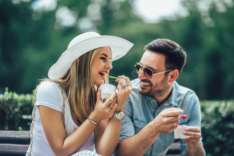Coppia scherzare e divertiresi mentre mangiano un gelato fotografia stock