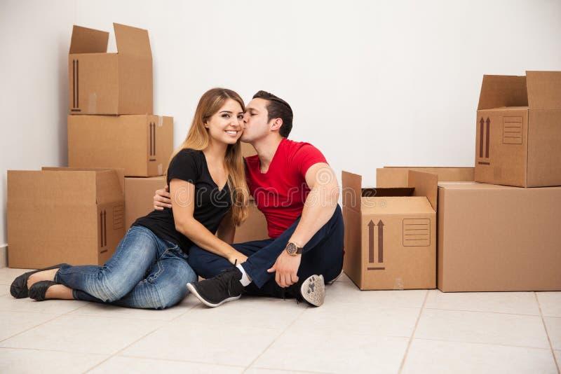 Coppia sposata che si muove dentro fotografia stock