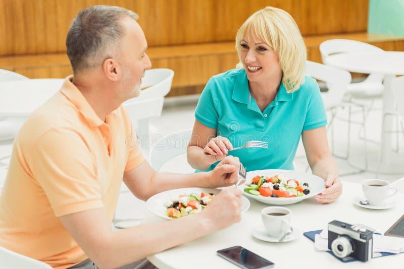 Coppia sposata felice che pranza nel ristorante fotografia stock