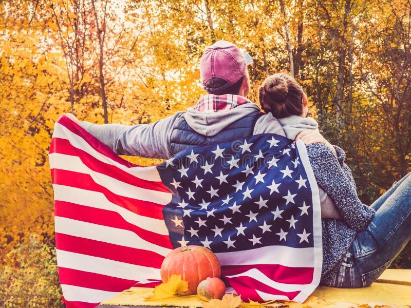 Coppia sposata felice che tiene la bandiera degli Stati Uniti immagini stock libere da diritti
