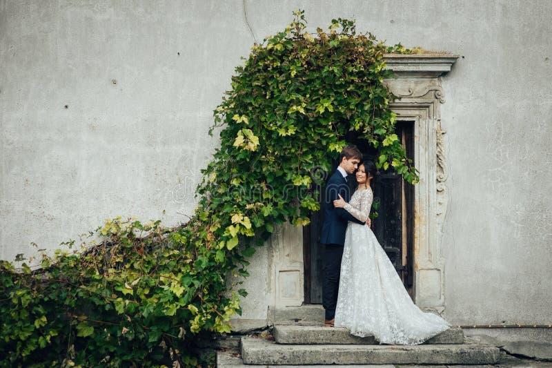 Coppia sposata sensuale, biglietti di S. Valentino che abbracciano davanti al vecchio slavi immagini stock