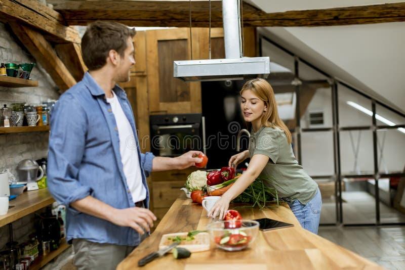 Coppie adorabili nella cucina fotografia stock libera da diritti