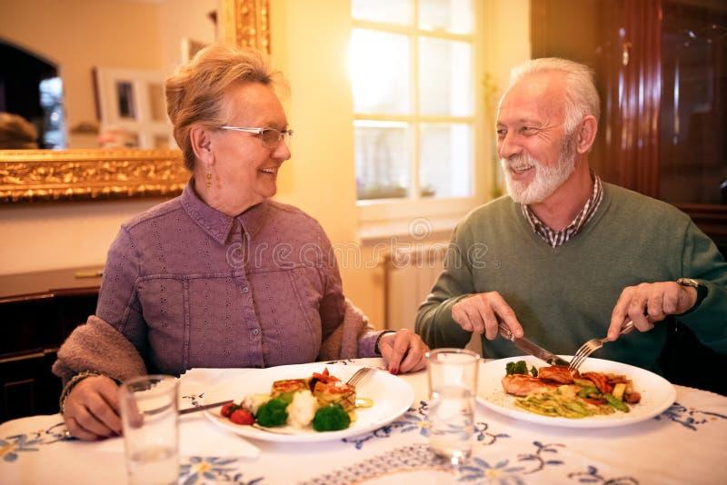 Coppie adorabili senior che mangiano pranzo sano alla casa di cura fotografie stock